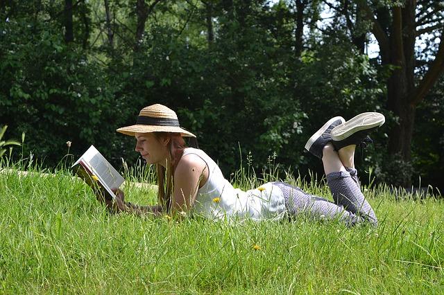 čtení na louce