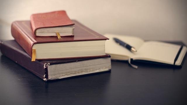 knihy a poznámkový blok