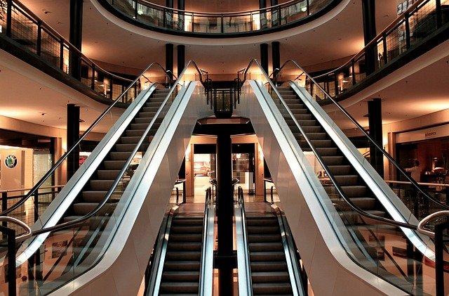 eskalátory v obchodním domě