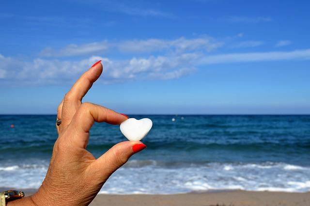 ruka na pláži