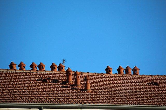 malé komíny na střeše