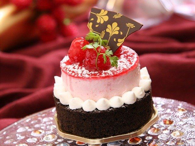 dort s jahodami a čokoládovou dekorací