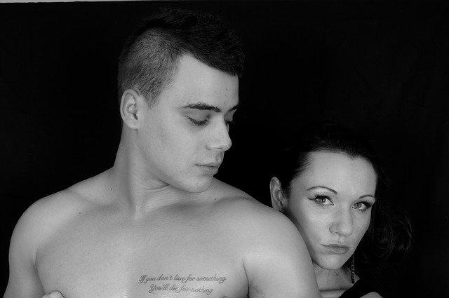 mjž a žena černobílé foto