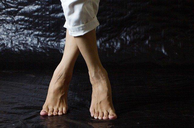 zkřížené nohy