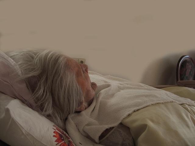 stařena v posteli