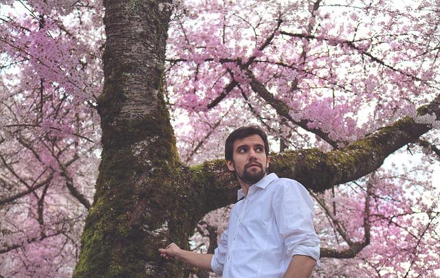 muž pod stromem