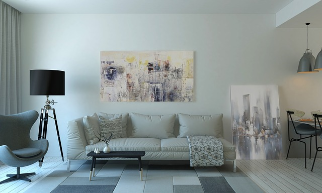 obrazy, bílá sedačka, lampa, křesílko