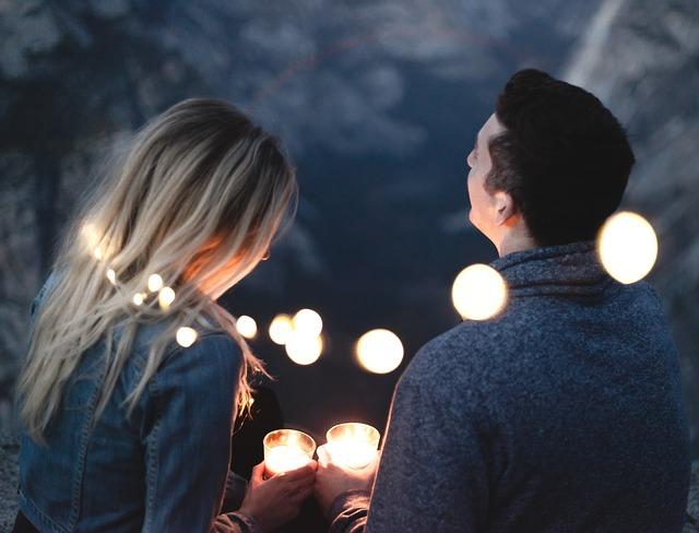 zamilovaná dvojice a světla