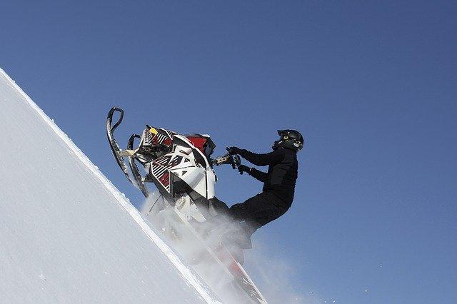 Free stylový snowmobiling – hazard nebo odvaha?