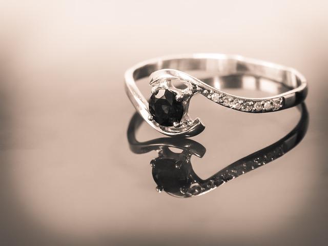prsten se safírem
