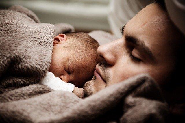 spící miminko na tatínkovi