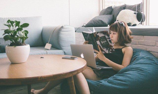 dívka na sedacím vaku