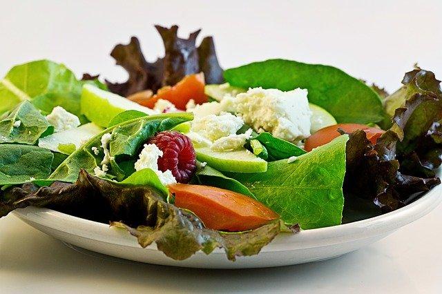 dietní salát s kozím sýrem