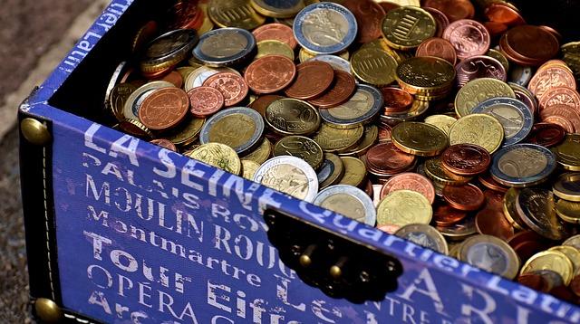 modrý kufr plný mincí