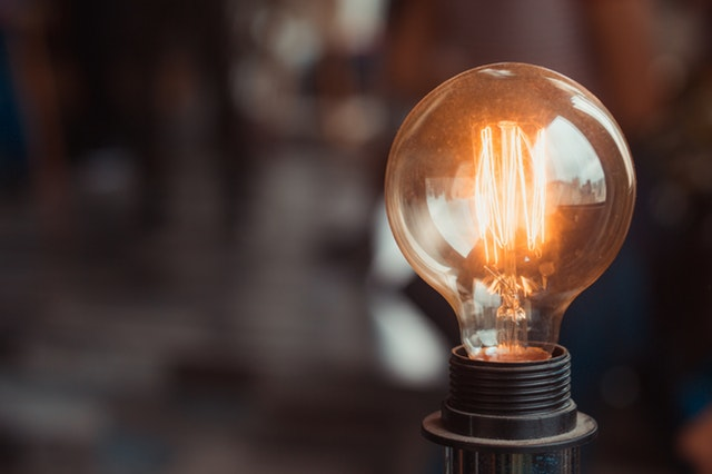 svítící vlákno žárovky