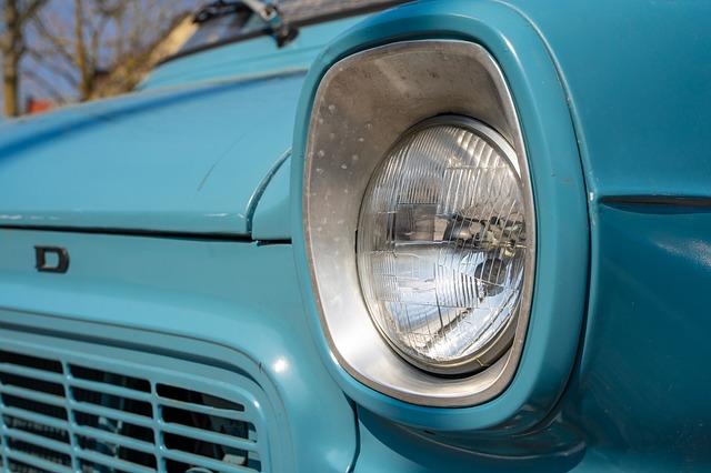 Přední reflektory staršího vozidla