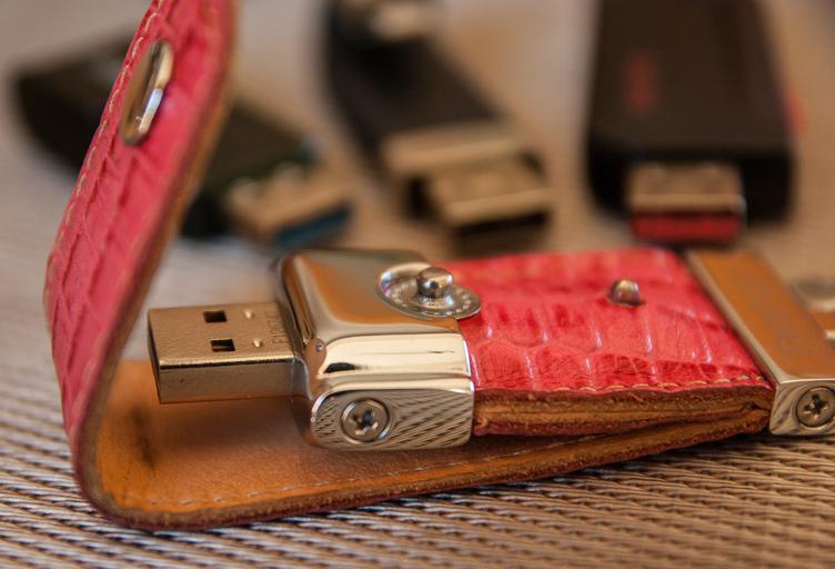 USB v koženém pouzdře