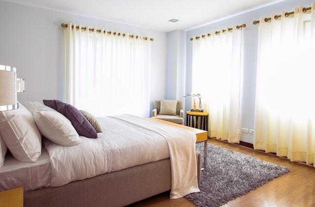 jednolůžková postel v elegantní ložnici