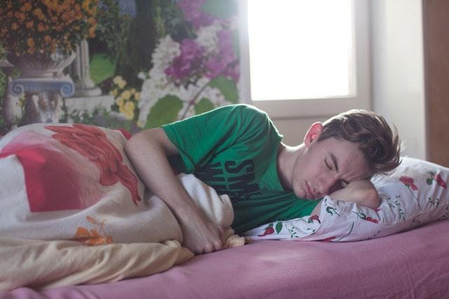 chlapec co spí ve svém pokoji a posteli