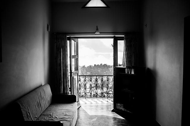 Černobílá fotografie balkonu.jpg