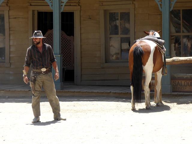 americký kovboj u saloonu se svým koněm