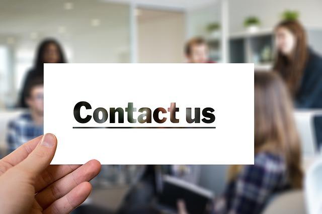 lístek s nápisem, kontaktujte nás