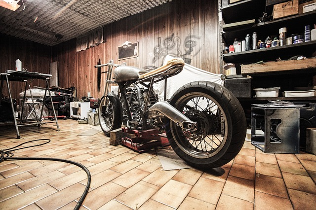 motorka zaparkovaná v garáži