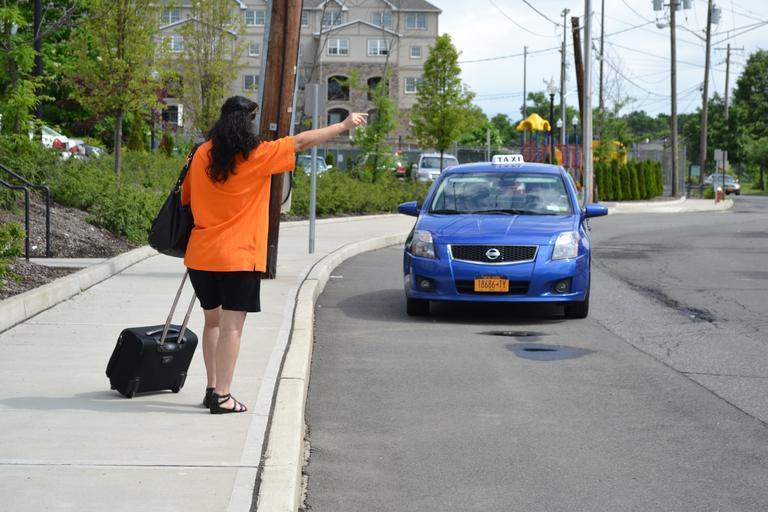 žena a taxi