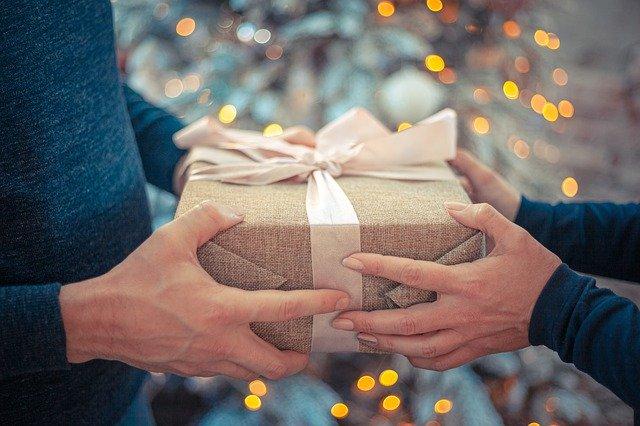 jak se předává zabalený dárek z ruky do ruky.jpg