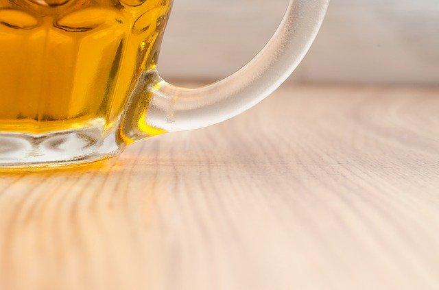 sklenice s českým chmelovým pivem na dřevěném stole