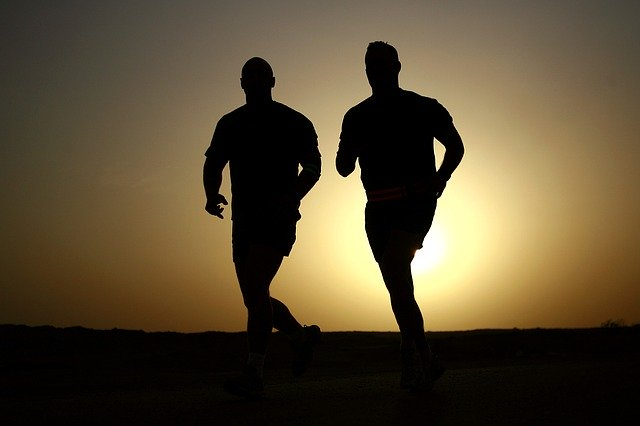 siluety běžících mužů