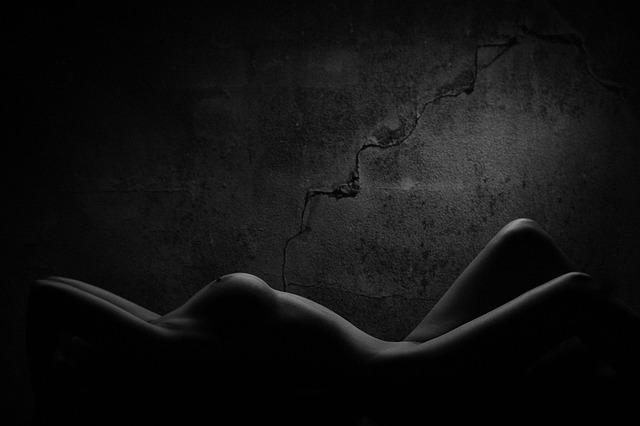 silueta nahé ženy